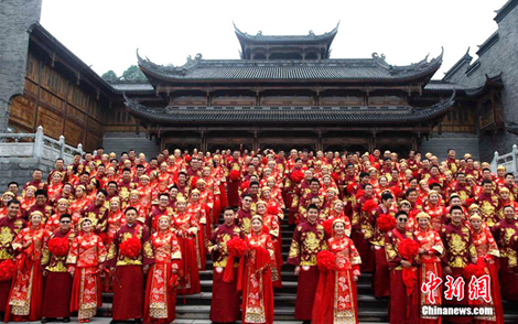문화 계승! 충칭 99쌍 신혼부부의 전통 합동결혼식