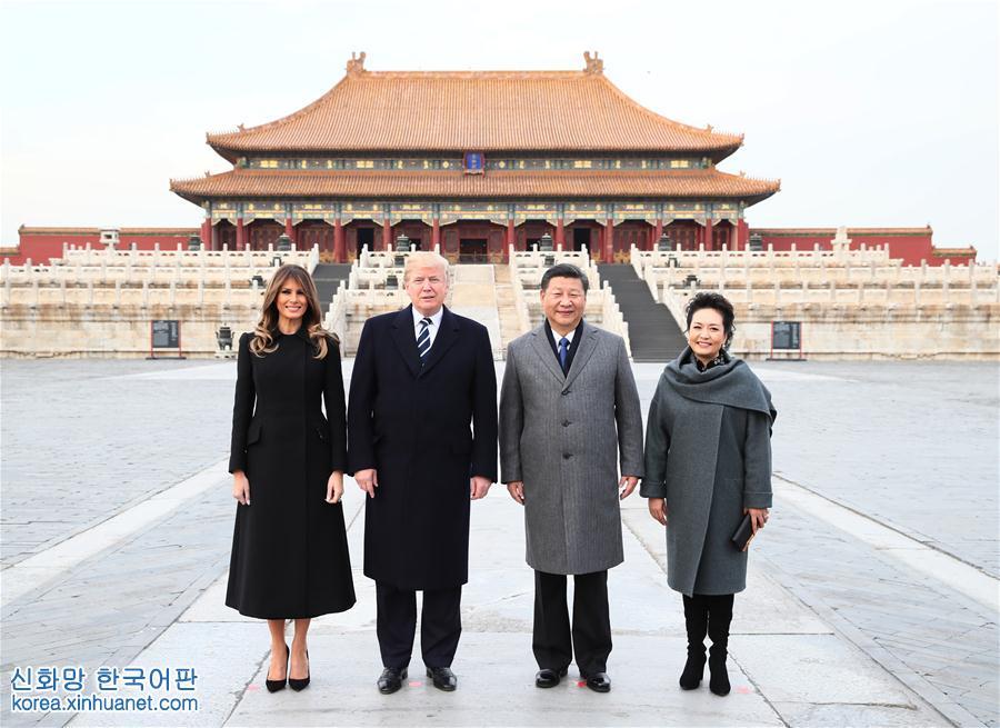 (时政)习近平和夫人彭丽媛陪同美国总统特朗普和夫人梅拉尼娅参观故宫博物院