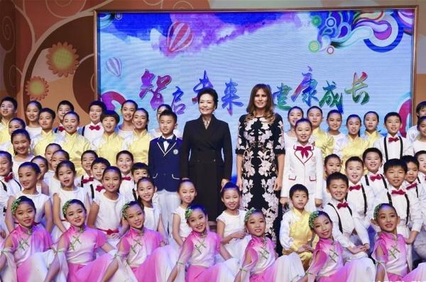 펑리위안, 美 대통령 부인과 함께 베이징시 반창초등학교 참관