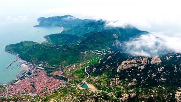 드론으로 조감한 바다 위 '제1명산, 라오산'